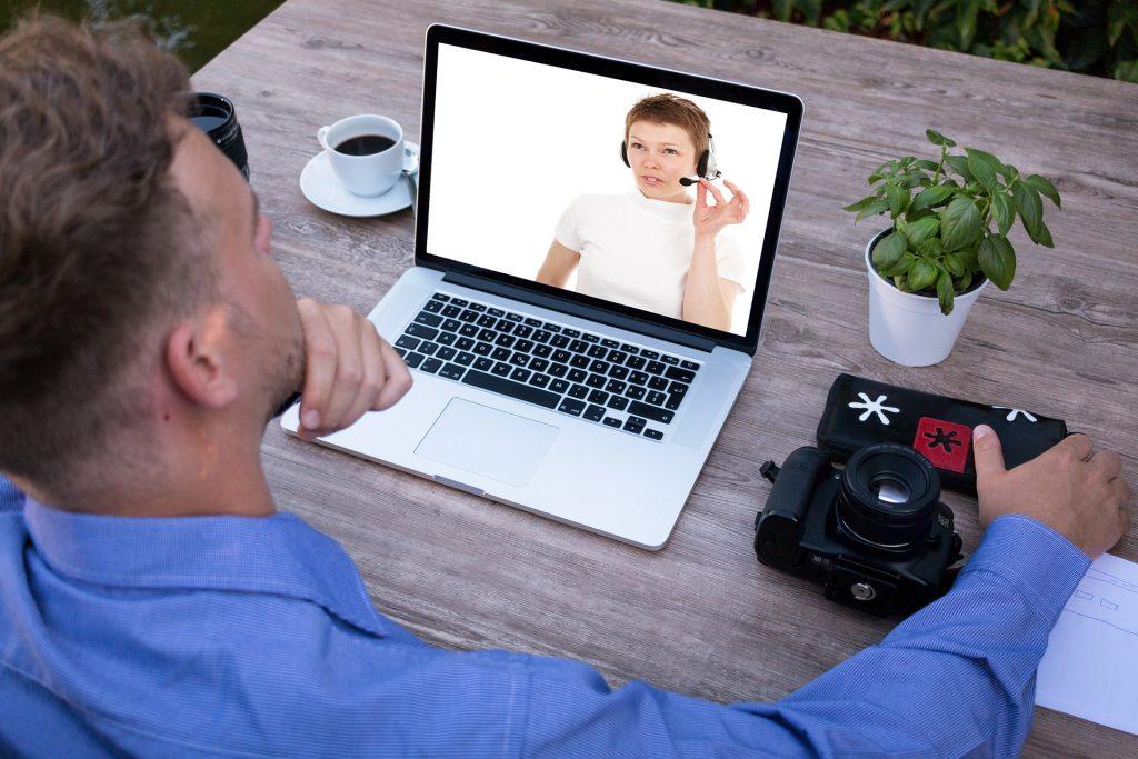 een man leert Frans online